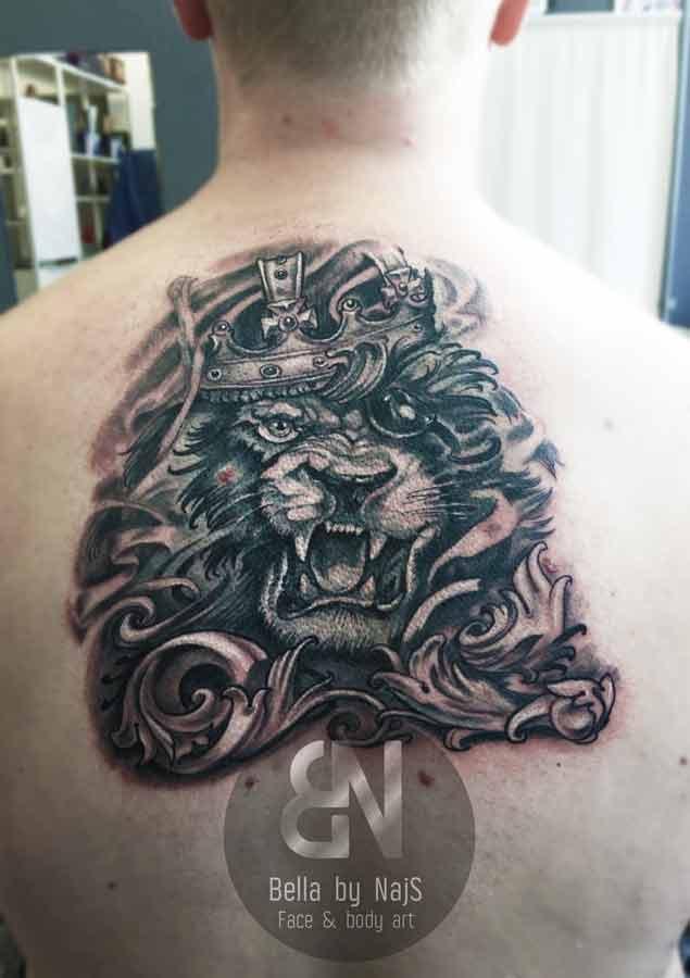 Rückentattoo mit Löwe